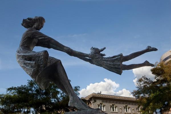 Strane Statue Sparse Per Il Mondo Viaggiatori Low Cost