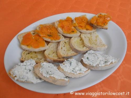 Bruschette con carote e timo e ricotta con erbe spontanee