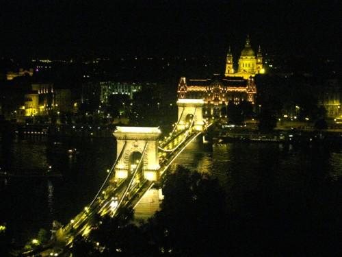 Vista sul Ponte delle Catene e sulla Basilica di Santo Stefano a Budapest