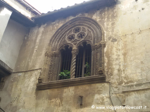Cosa vedere a Genazzano Bifora di Palazzo Apolloni