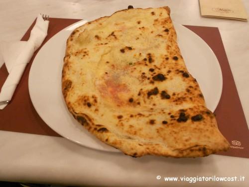 Pizzeria Carmnella a Napoli Centro mangiare pizza napoletana