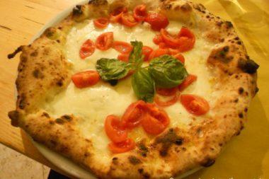 Pizzeria La Famiglia mangiare pizza napoletana buona