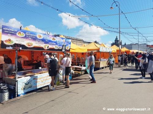 fare shopping a Helsinki mercato di Kauppatori
