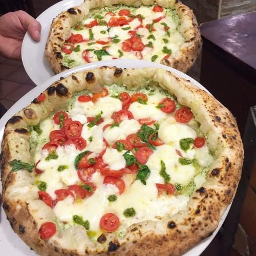 Pizza Super Carmela della Pizzeria Gaetano Genovesi a Napoli